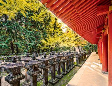 japanese-stone-lanterns-PY25KMW.jpg